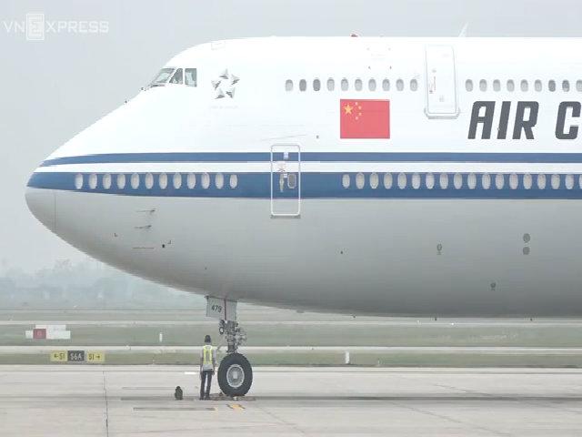 Chủ tịch Trung Quốc Tập Cận Bình xuống sân bay Nội Bài