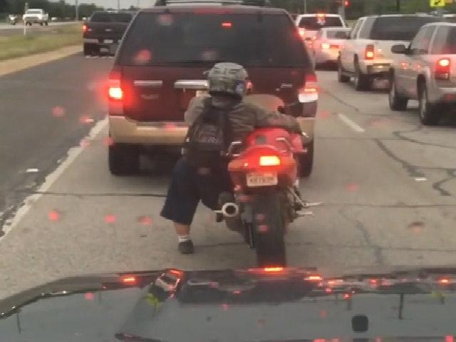 Bí kíp lái xe phân khối lớn của chàng trai chân ngắn