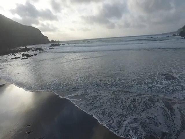 Bãi biển Ireland biến mất 12 năm trước xuất hiện sau một đêm