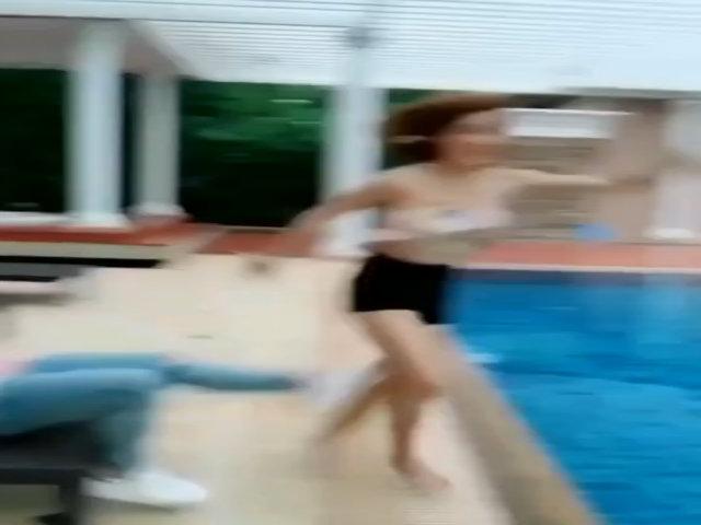 Chàng trai đá bay người đẹp đang nhảy múa xuống hồ