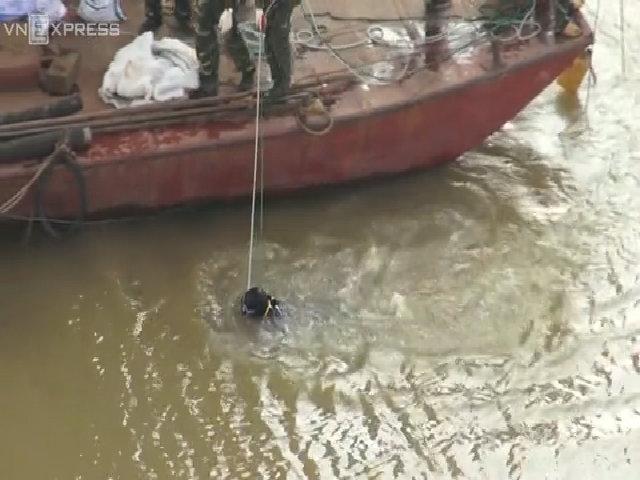 Hà Nội trục vớt bom dưới chân cầu Long Biên