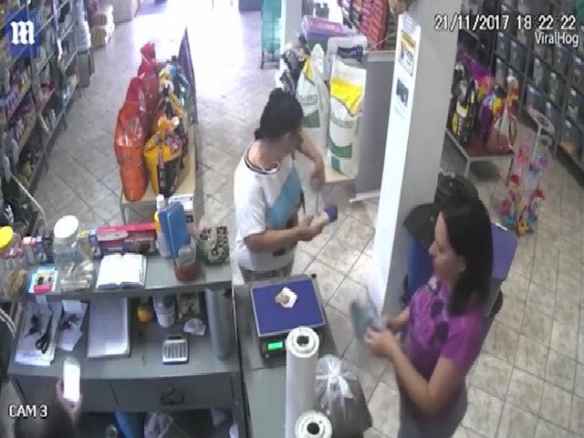 Người đẹp giật mình khi bị chim cướp tiền ngay trong cửa hàng