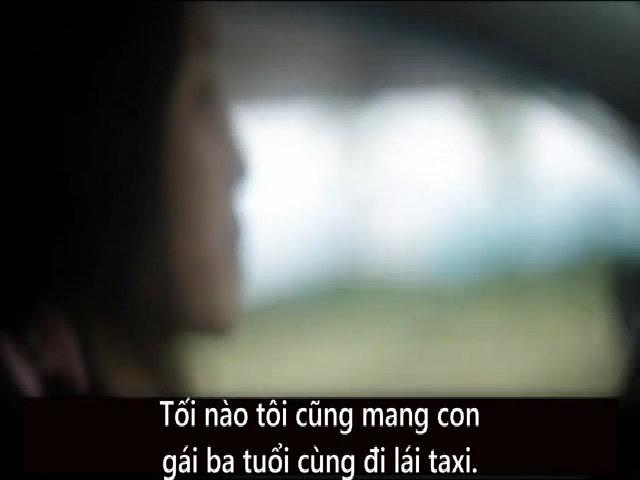 Người phụ nữ lái taxi tối nào cũng mang con đi làm