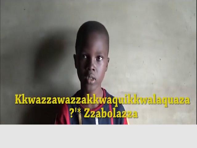 Cậu bé châu Phi mếu máo vì không thể đánh vần được tên mình