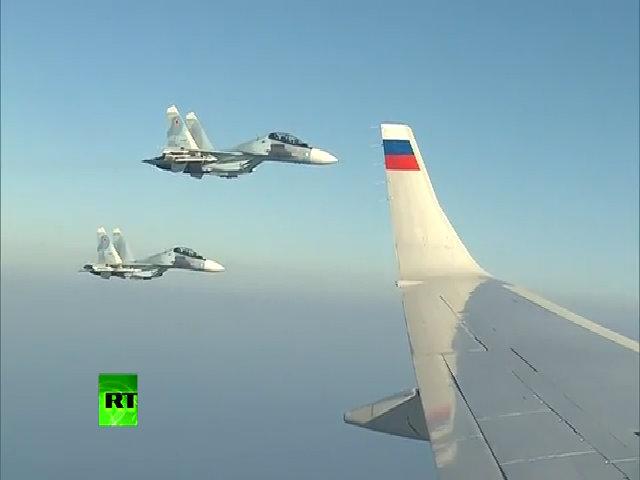 Putin ngắm Su-30SM hộ tống chao liệng sát chuyên cơ