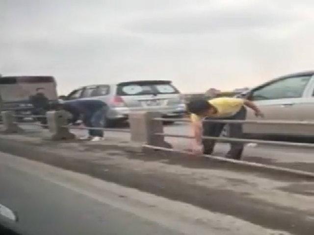 Đi sai làn, tài xế ôtô tự tháo dải phân cách cầu Thanh Trì để thoát ùn tắc