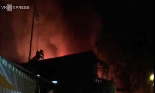 Sáu căn nhà bốc cháy trong đêm ở Sài Gòn