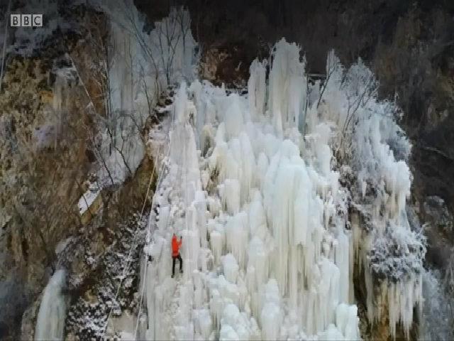 Hàng chục thác nước đóng băng trên ngọn núi Trung Quốc