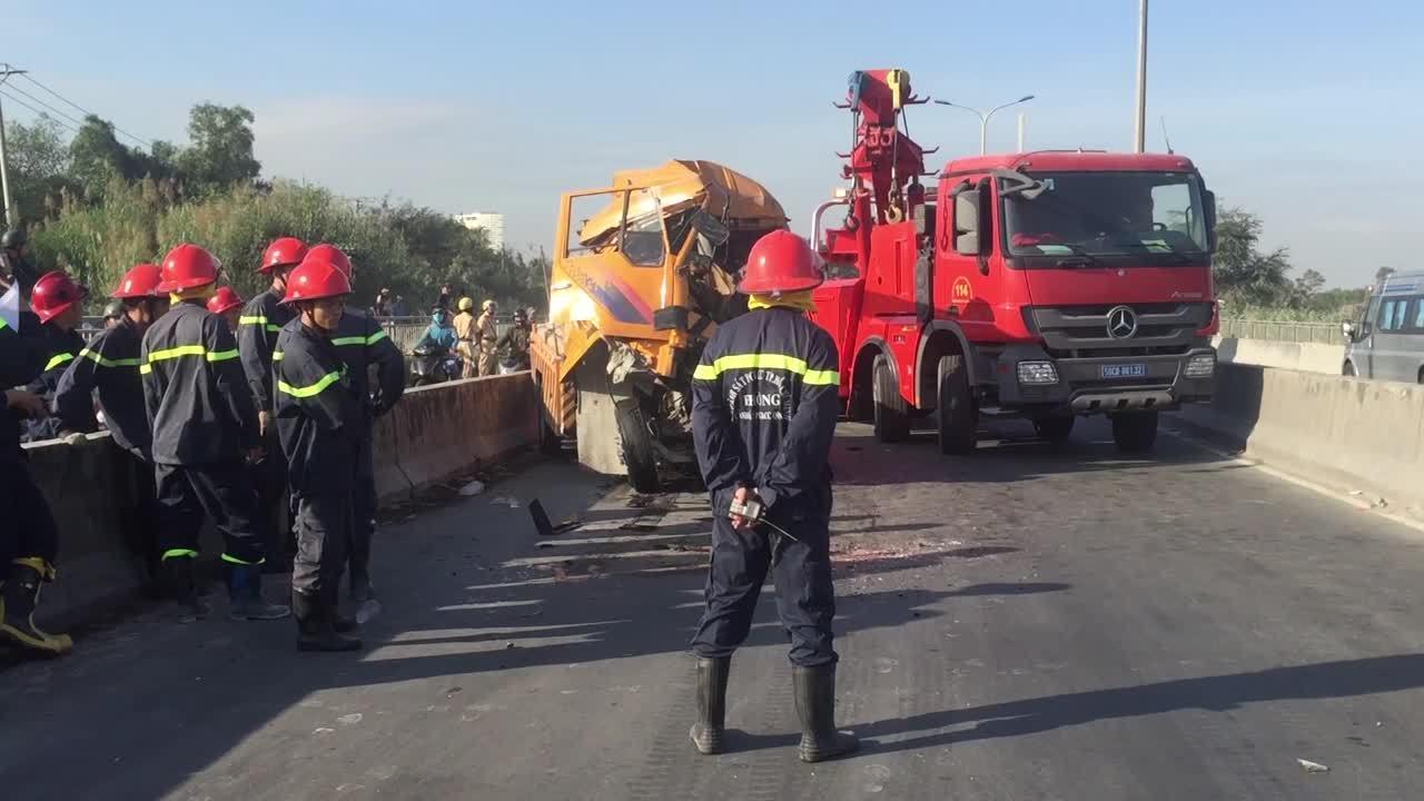 Xe cứu hộ tông container trên cầu Phú Mỹ, 3 người tử vong