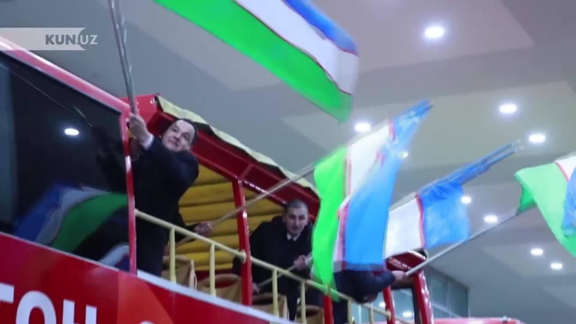 Xe buýt hai tầng chở U23 Uzbekistan lao băng băng trong đêm