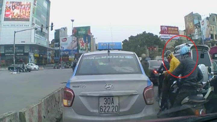 Người phụ nữ đi SH bị dàn cảnh cướp túi xách ở Hà Nội