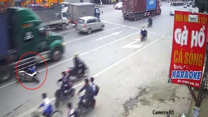 Người phụ nữ chở con nhỏ đi sát làn ôtôbị xe đầu kéo tông