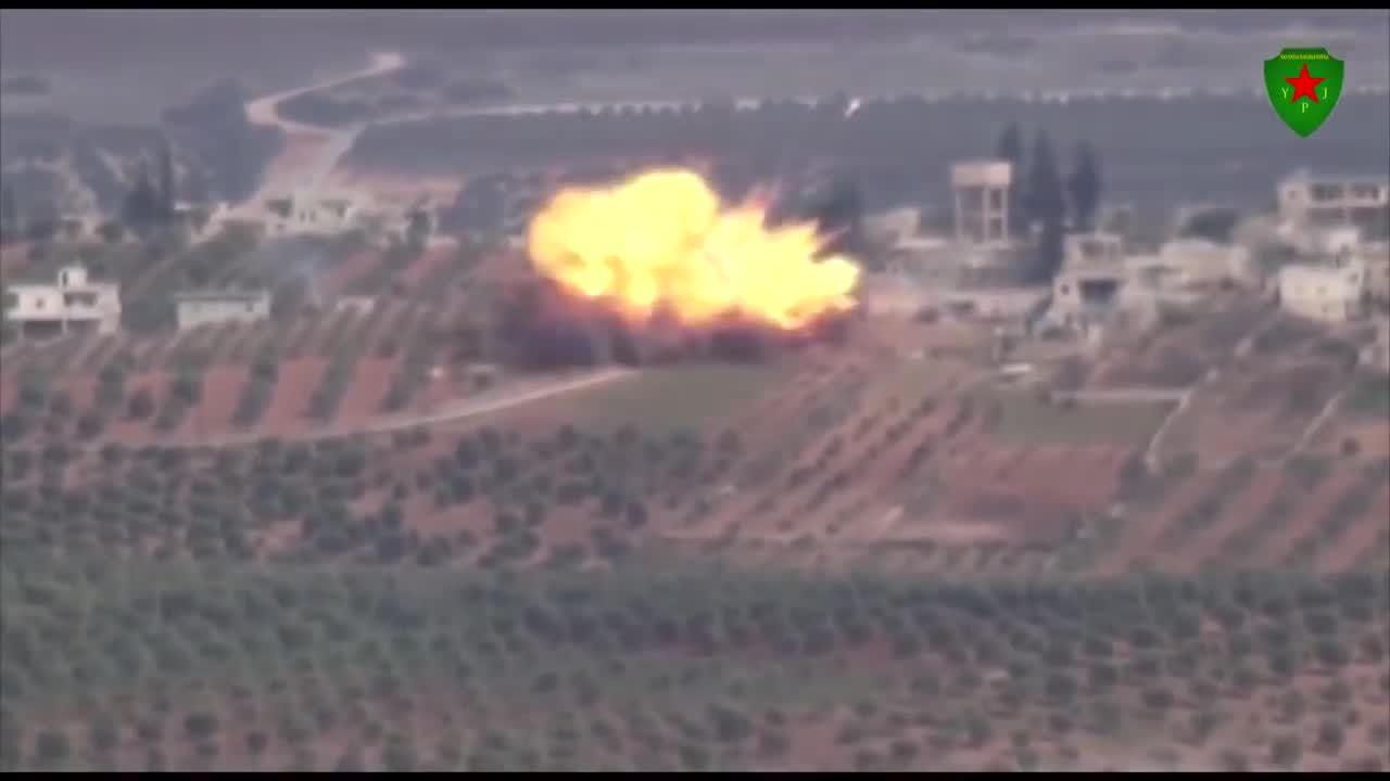 Giây phút nữ dân quân Kurd bắn nổ tung xe tăng Thổ Nhĩ Kỳ