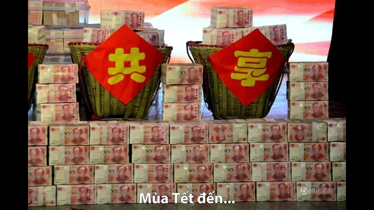 Người lao động Trung Quốc oằn lưng vác tiền thưởng