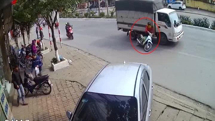 'Nữ ninja' suýt bỏ mạng vì tạt đầu xe tải ở Hà Nội