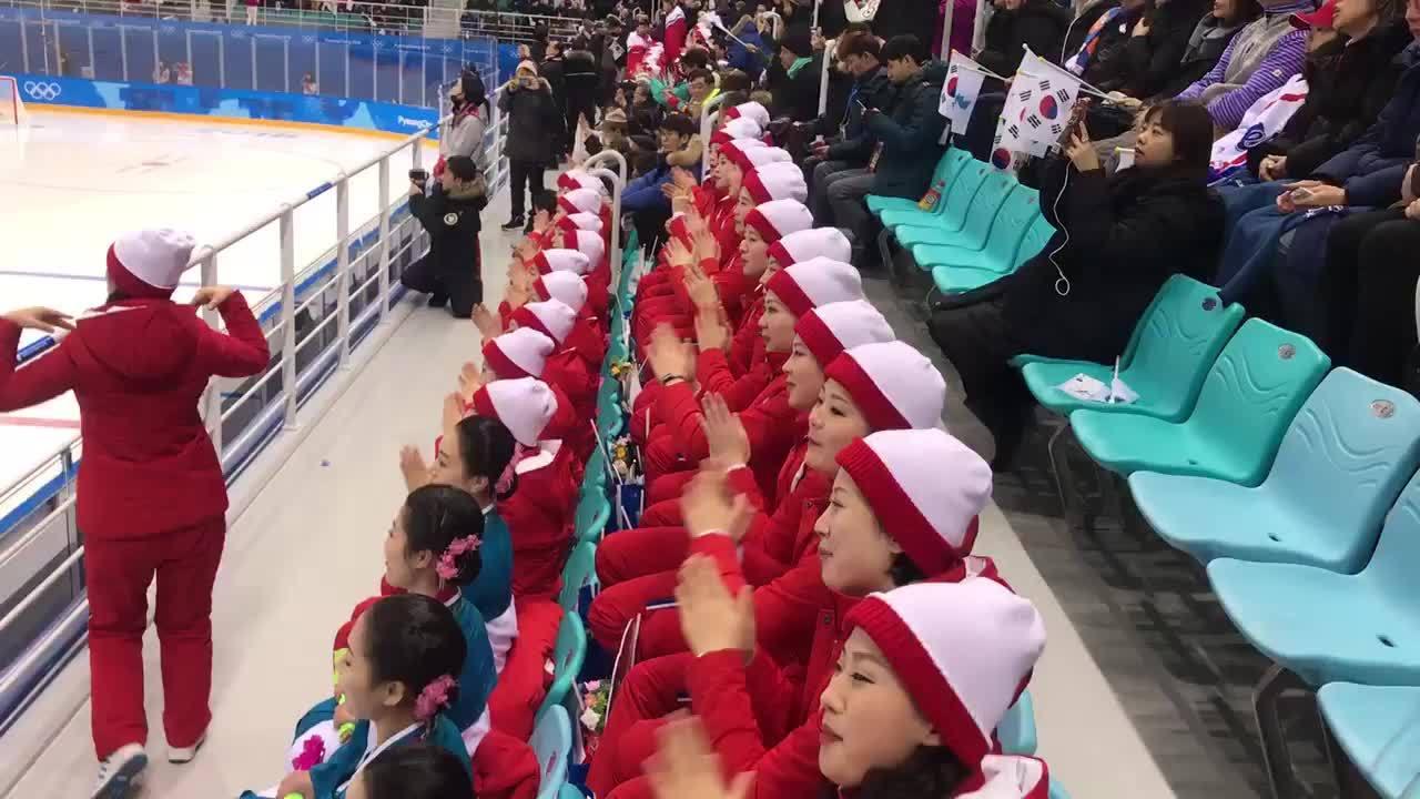 Đội cổ vũ Triều Tiên hát tại Hàn Quốc