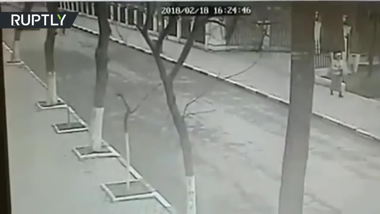 Khoảnh khắc kẻ tấn công xả súng vào người đi nhà thờ ở Nga