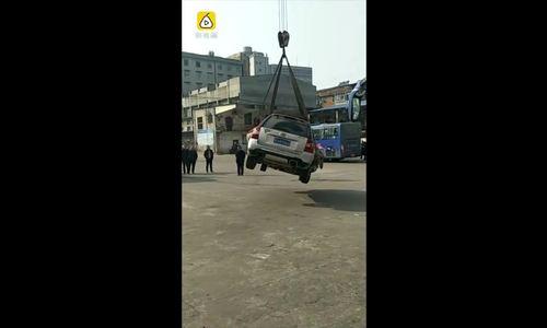 Xe đỗ trái phép bị cẩu lên nóc nhà ở Trung Quốc