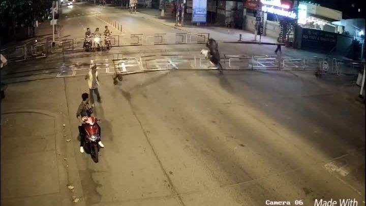 Người dân kéo quái xế tông sập rào chắn tàu hỏa ra khỏi đường ray
