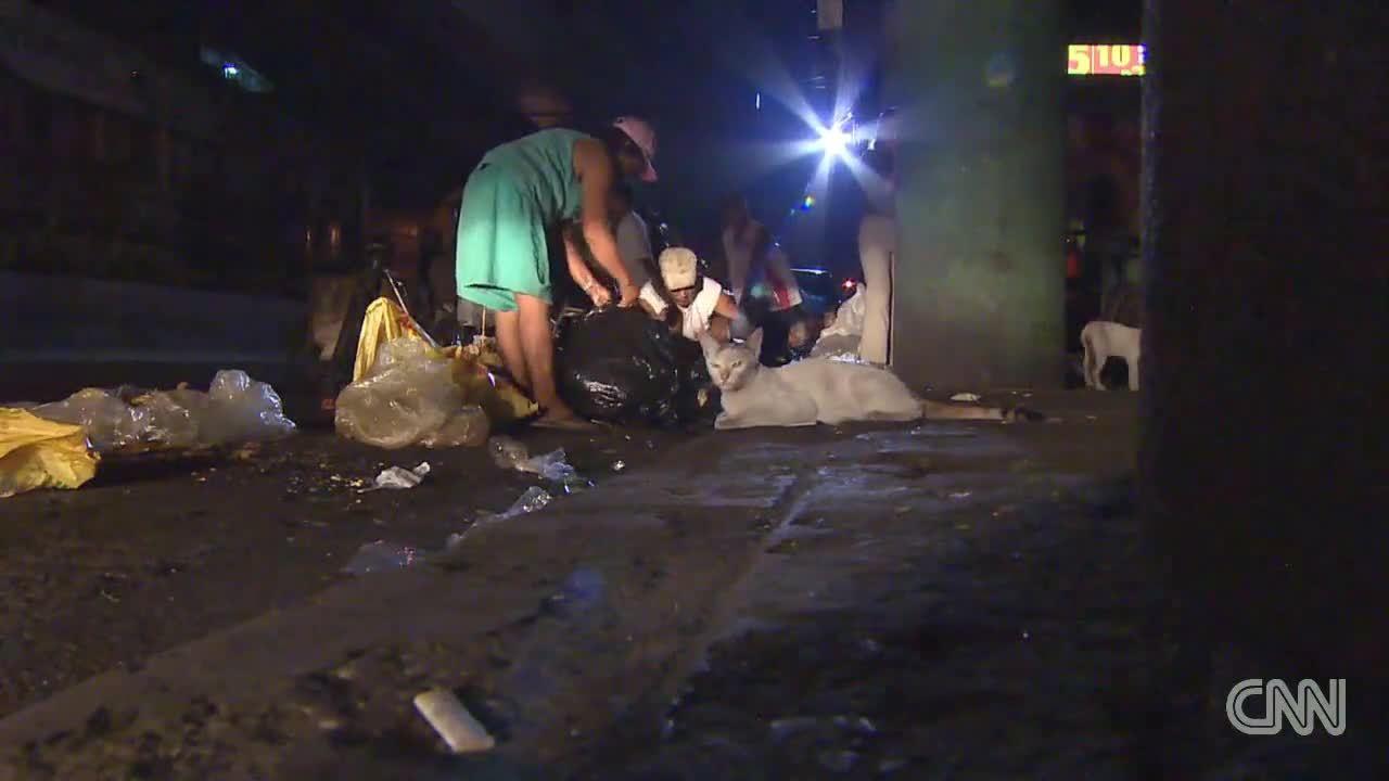 Hành trình miếng thịt gà rán từ bãi rác đến miệng người nghèo Philippines
