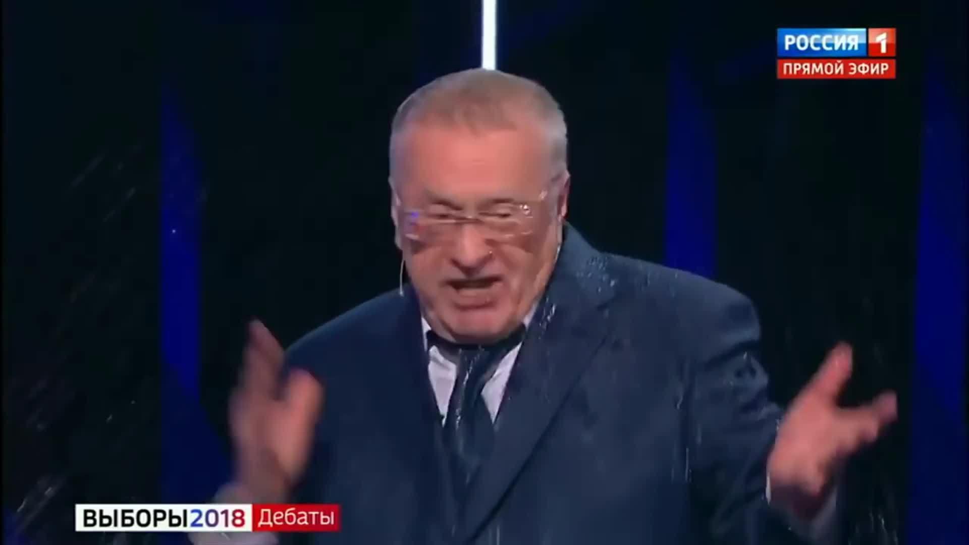 Nữ ứng viên tổng thống Nga hất nước vào mặt đối thủ trên truyền hình