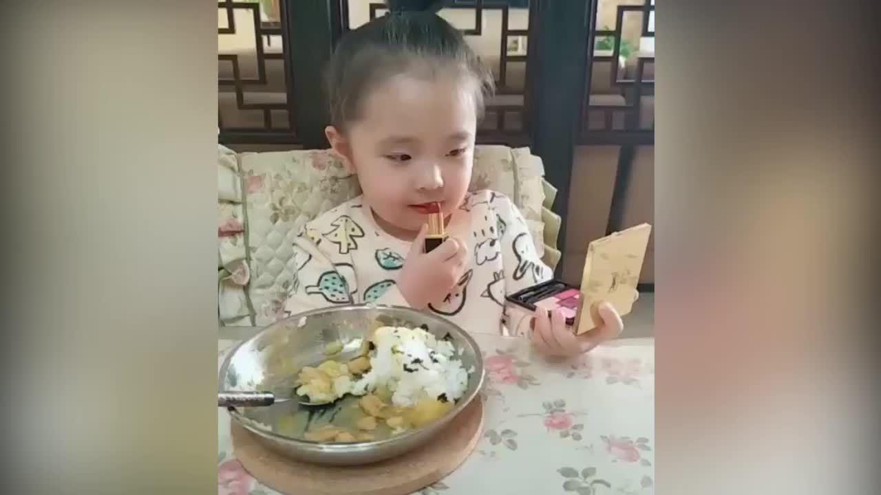 Bé gái hướng dẫn cách ăn không bị trôi son
