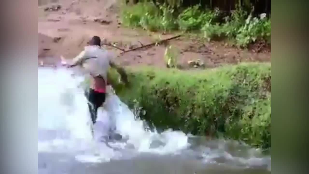 Chạy thục mạng vì câu phải 'người cá'