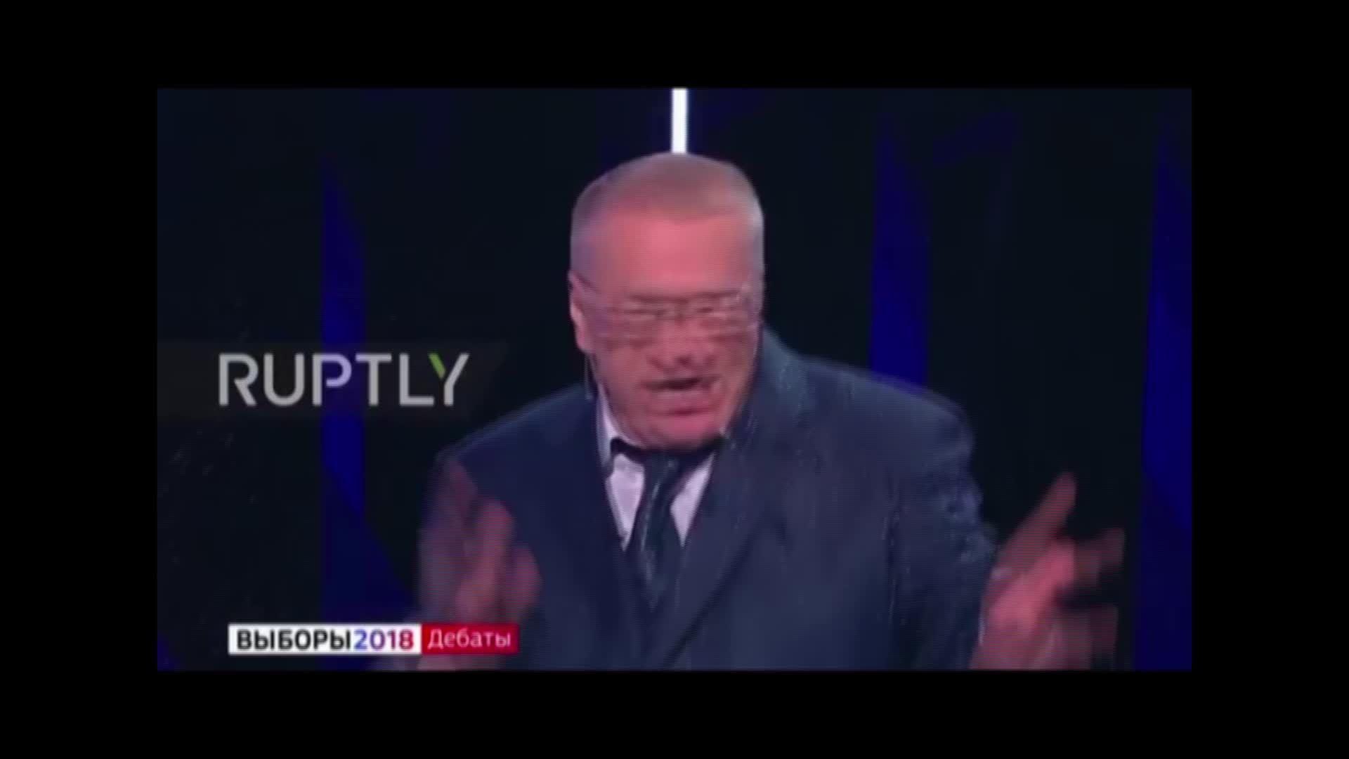 Ứng viên tổng thống Nga hắt nước vào người đối thủ