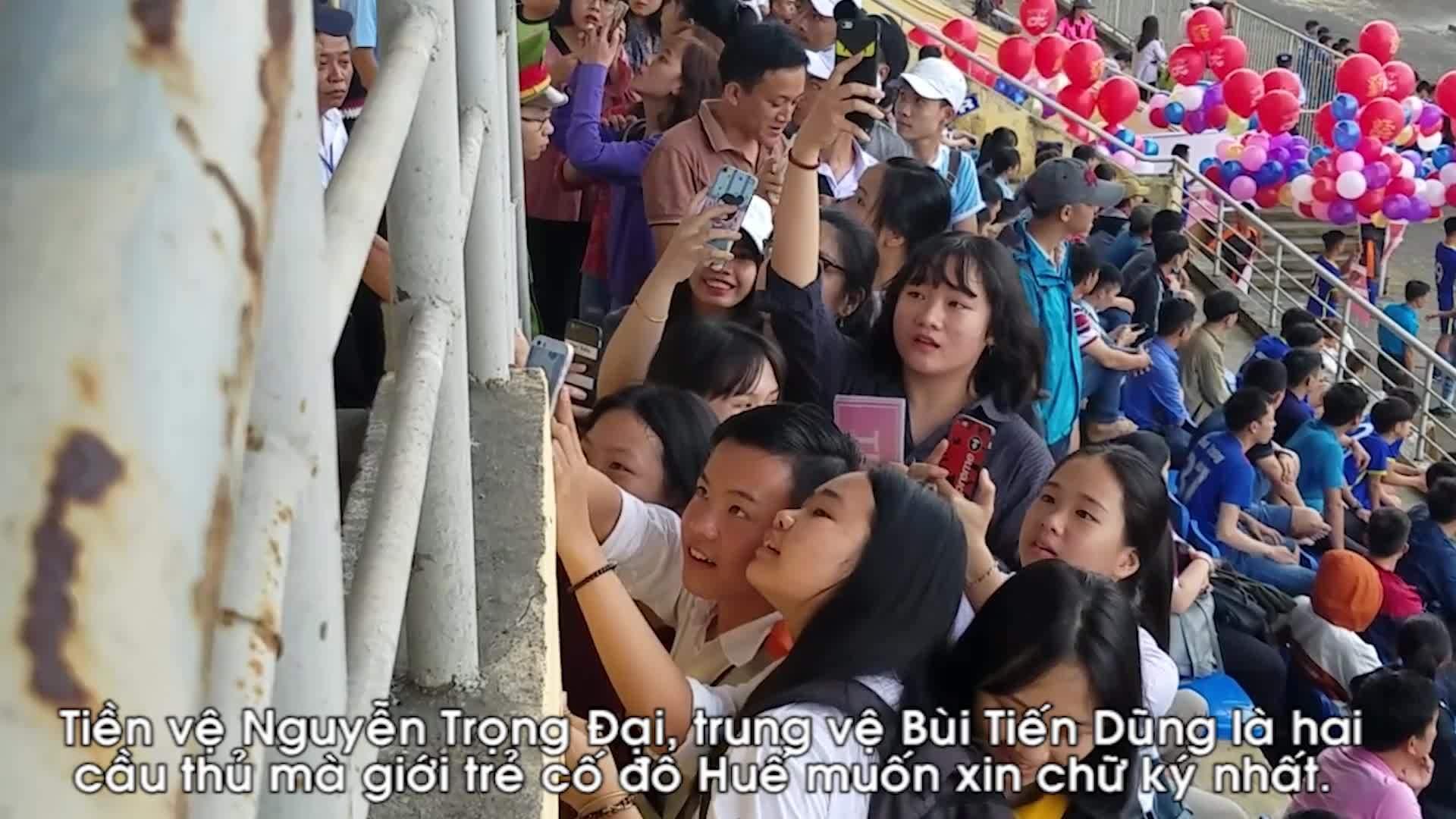 Khán giả xứ Huế chen nhau xin chữ ký tuyển thủ U23 Việt Nam