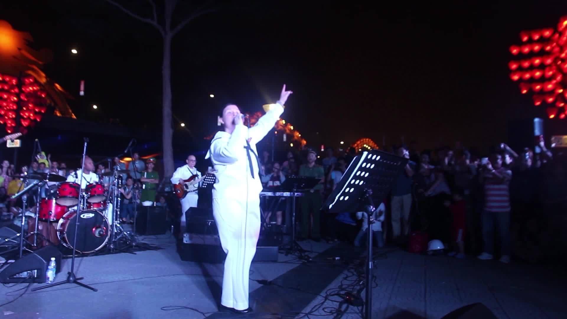 Nữ hải quân Mỹ hát Nối vòng tay lớn