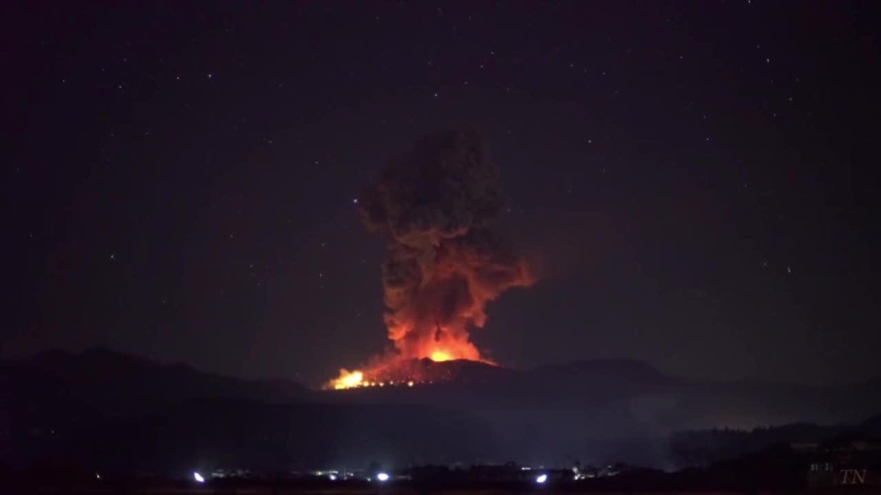 Khoảnh khắc núi lửa phun trào lúc rạng sáng ở Nhật Bản
