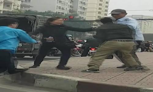 Lái phụ xe buýt cầm gạch tài xế xe tải sau cãi vã