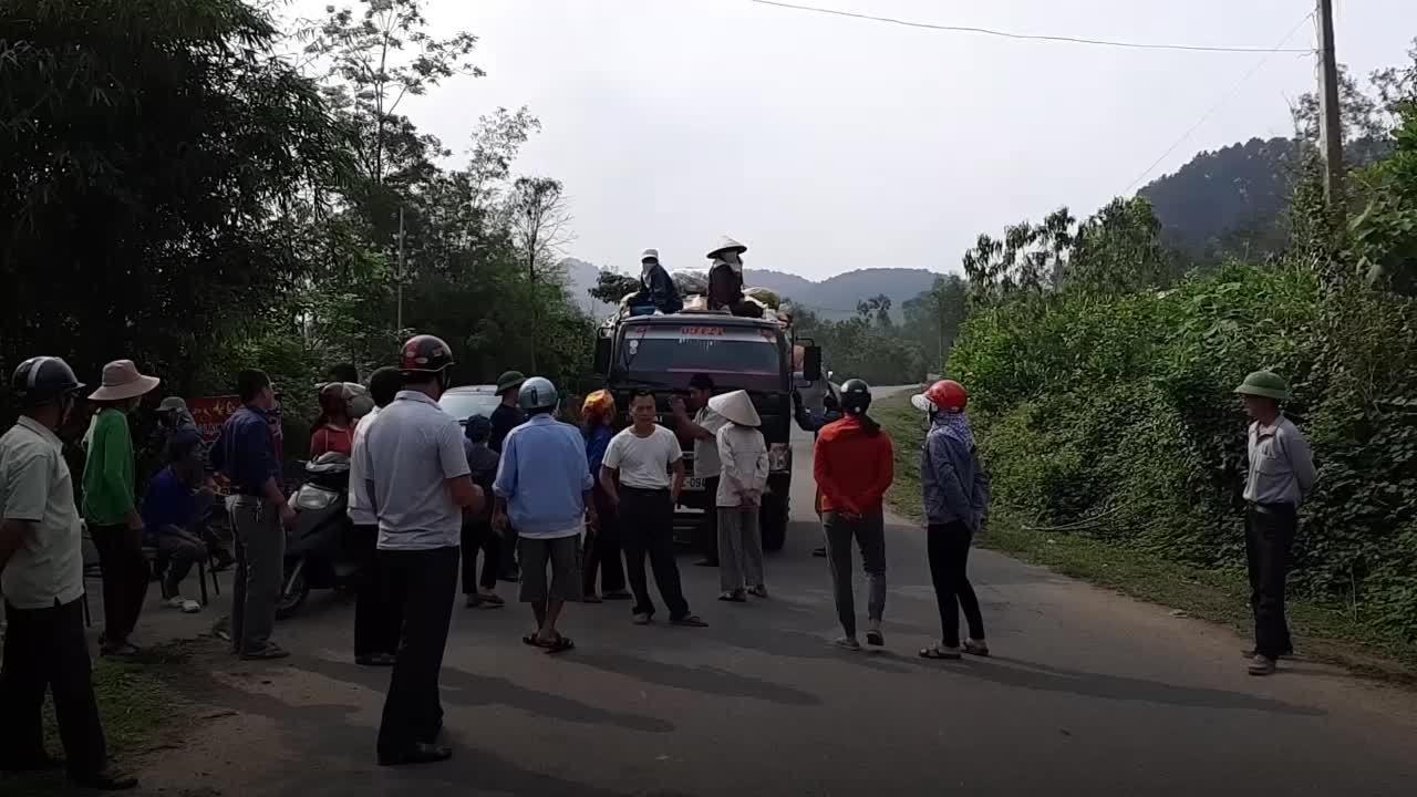 Người dân Hà Tĩnh kéo ra tỉnh lộ chặn xe chở rác