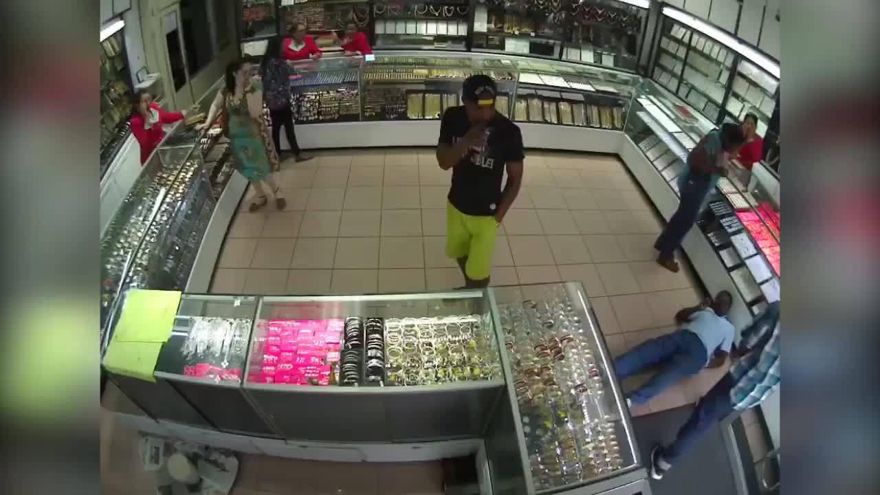 Nam thanh niên với 'thần thái phi phàm' khi gặp cướp