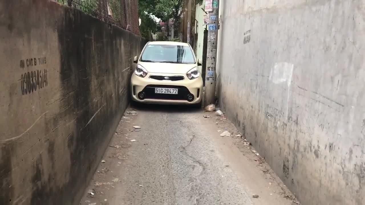 Chồng huấn luyện vợ lái xe vượt ngõ hẹp