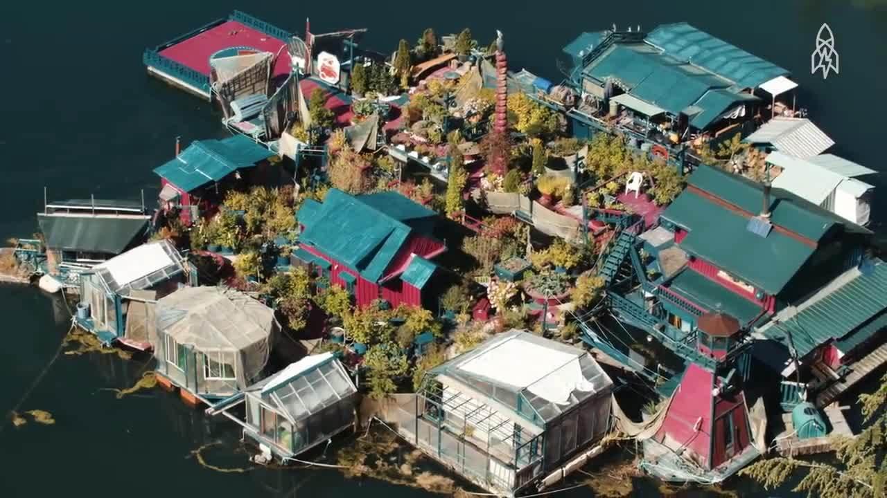 Hai vợ chồng Canada sống trong nhà nổi trên vịnh hơn 20 năm