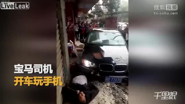 Tài xế mải xem điện thoại, xe BMW đâm trúng 3 người đi bộ