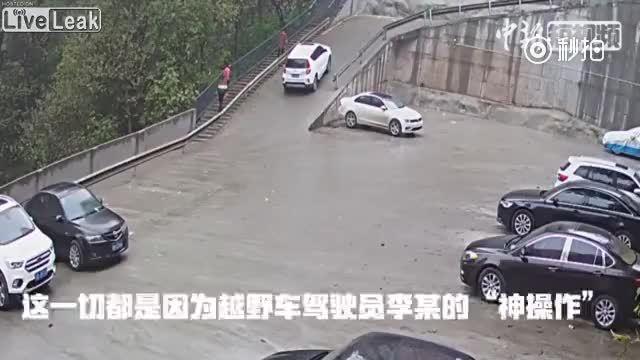 Ôtô tụt dốc đâm hai xe khác, tài mới phải đền gần 5.000 USD