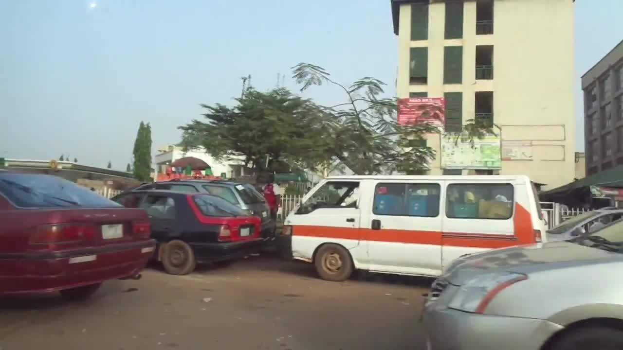 Ôtô xếp hàng cả cây số chờ đổ xăng ở Nigeria