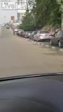 Tài xế Nigeria xếp hàng cả ngày để đổ xăng
