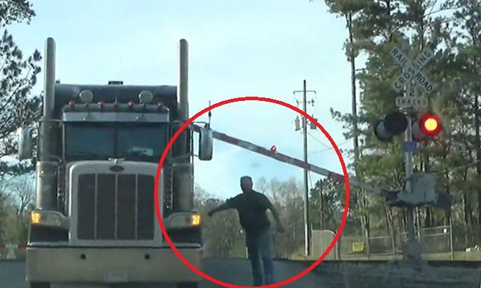 Nhảy khỏi ôtô, người đàn ông Mỹ thoát cú đâm của tàu hỏa