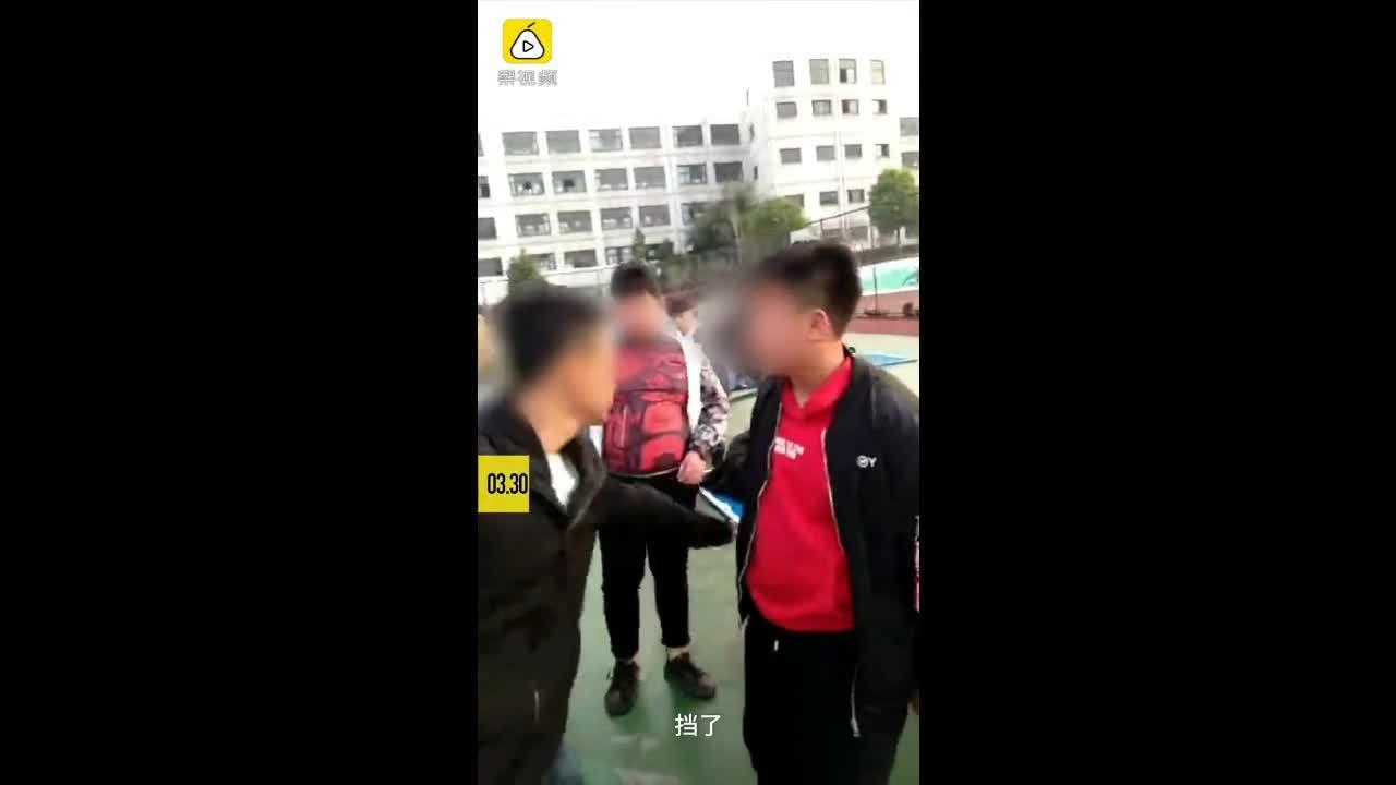 Nữ sinh Trung Quốc gây phẫn nộ vì dùng xấp tiền tát bạn nam