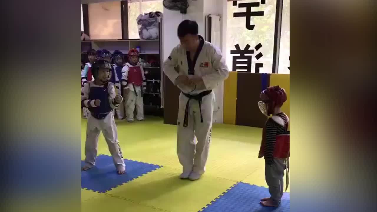 Cao thủ Taekwondo tung 'liên hoàn cước' nhưng không trúng đích