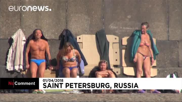 Người Nga tắm nắng giữa băng tuyết