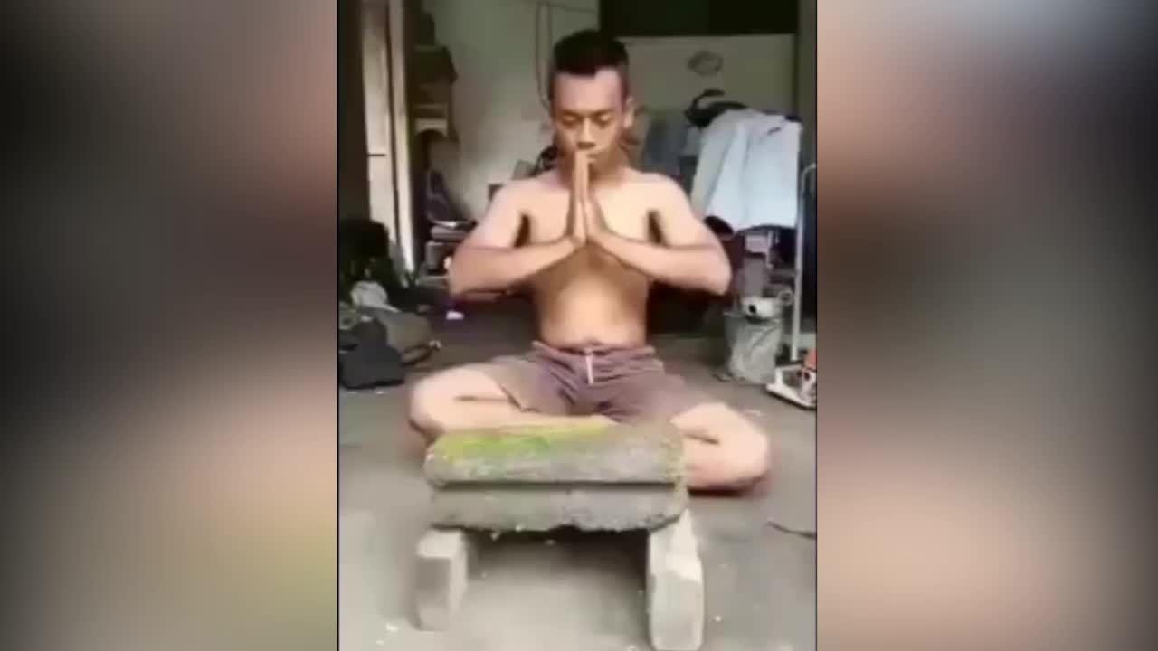 Chàng trai 'tay không' chặt đôi khối bê tông khiến mọi người ngã ngửa
