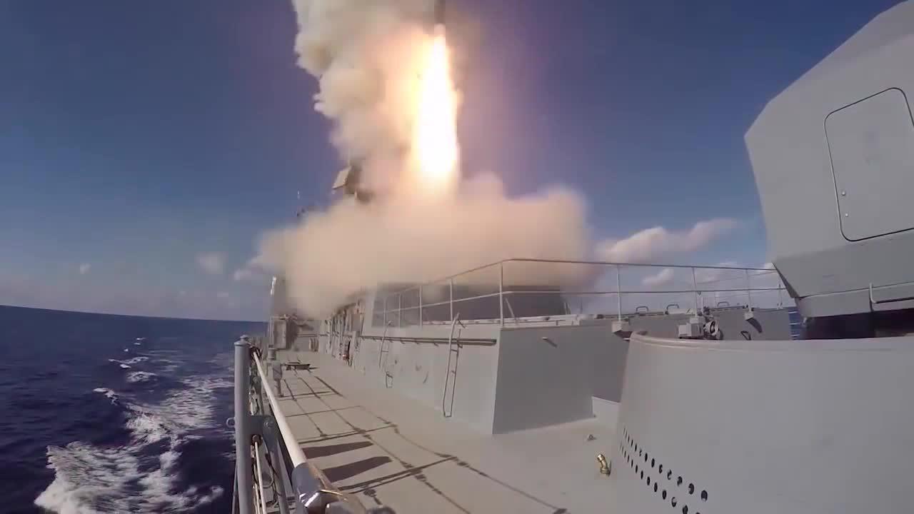 Tàu chiến Nga phóng tên lửa Kalibr diệt mục tiêu IS