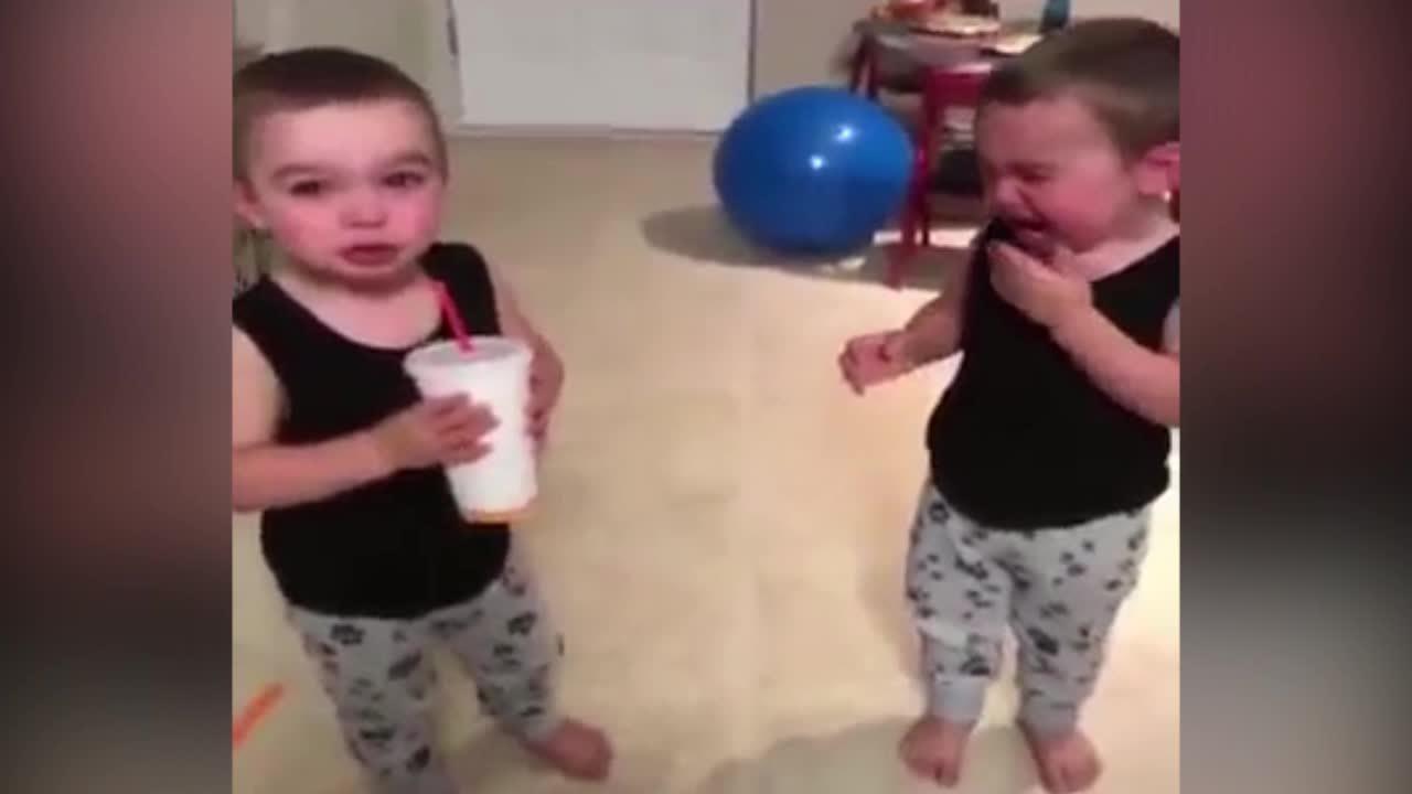 Cặp song sinh òa khóc khi chia sẻ đồ uống yêu thích