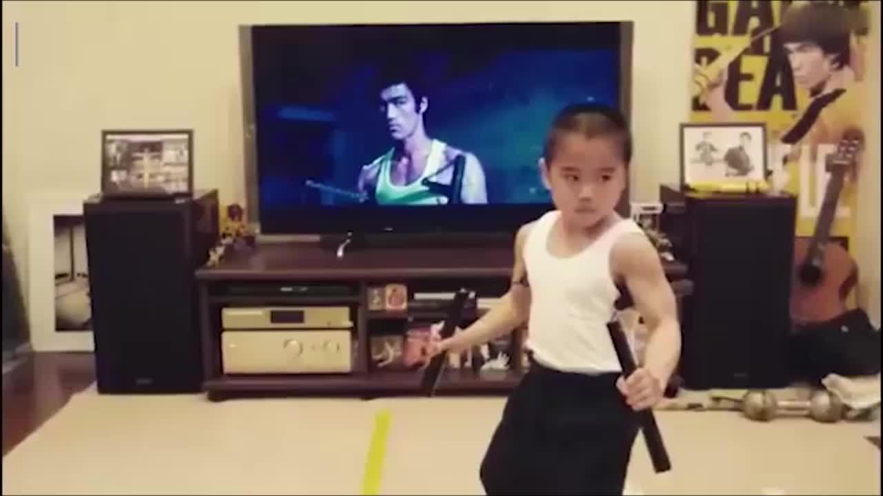 Cậu bé 8 tuổi múa côn như Lý Tiểu Long