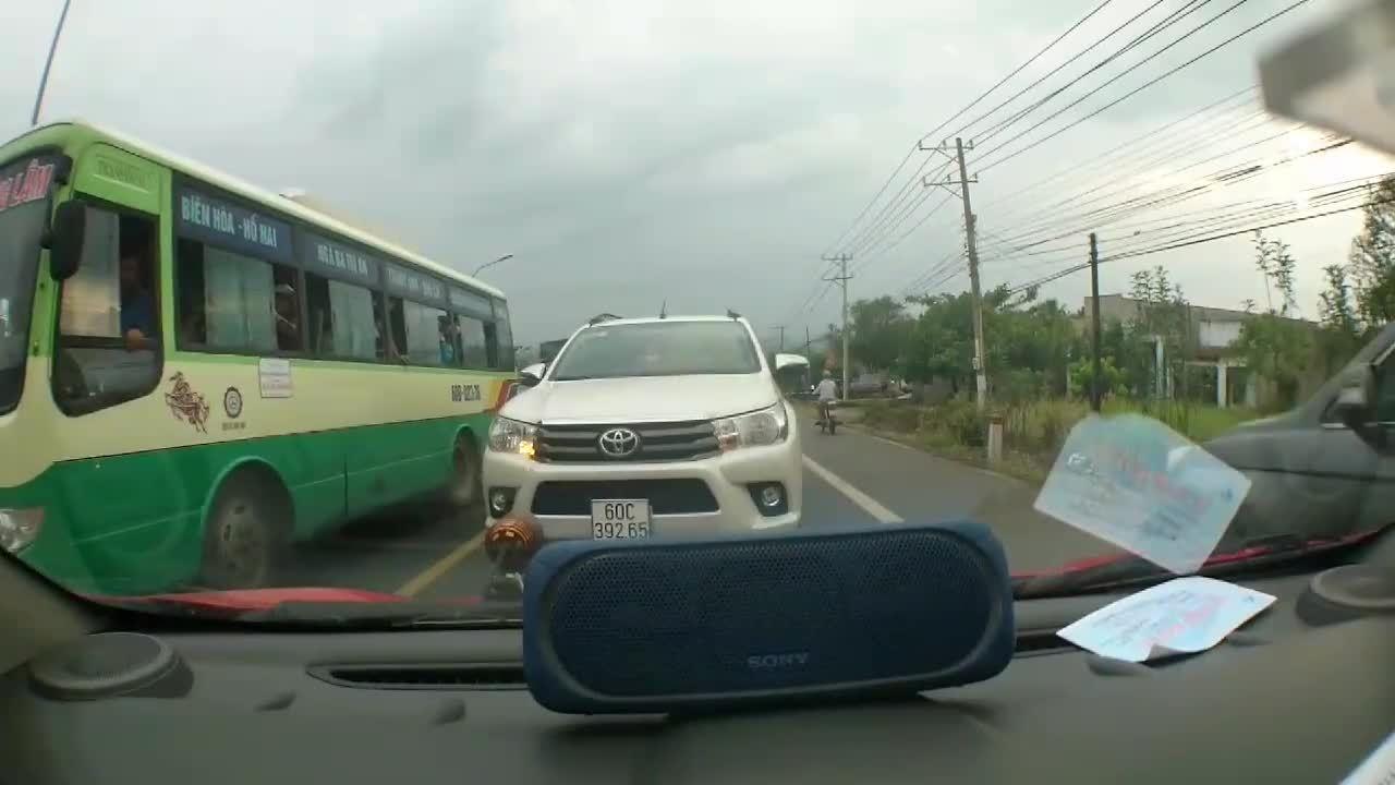 Tài xếôtô quyết không nhường đường cho xe hơi ngược chiều