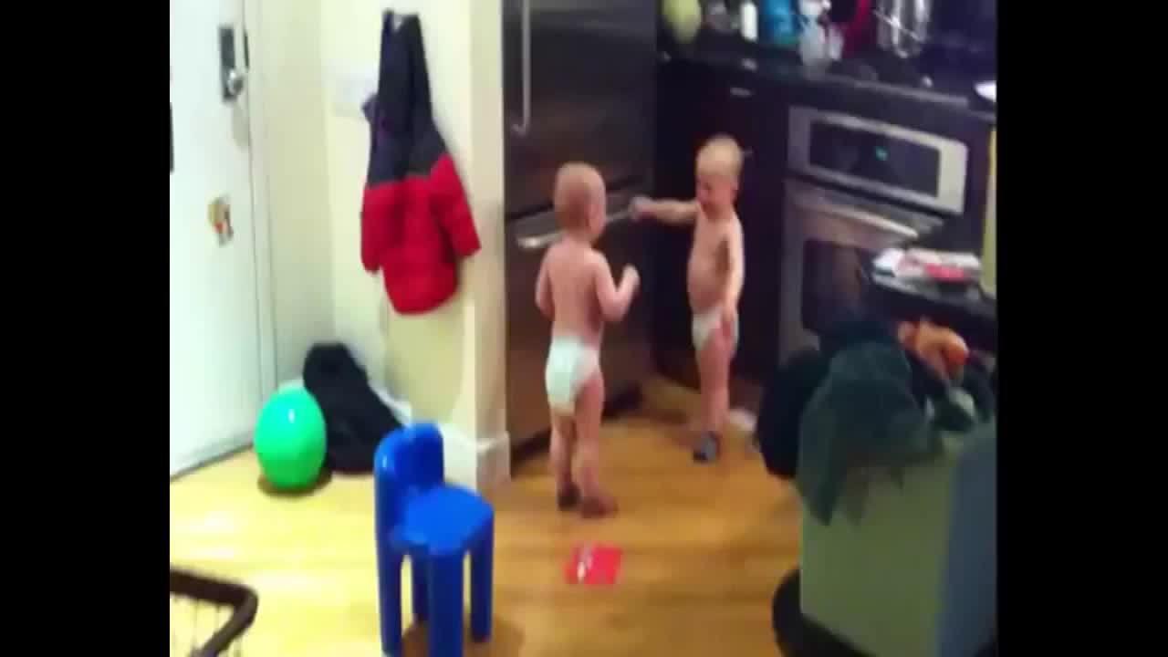 Hai bé trai song sinh 'đấu khẩu' trong nhà bếp